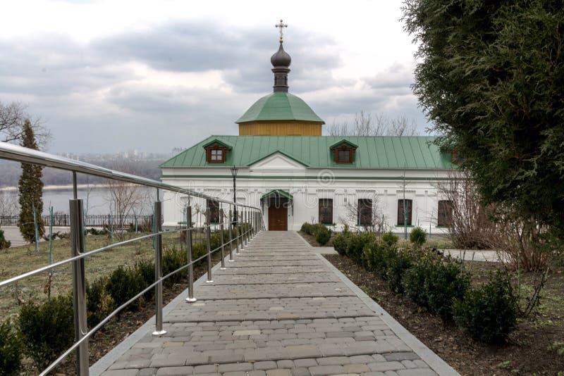 Длинный путь к церков Хмурые небеса над церковью Kyiv стоковые изображения