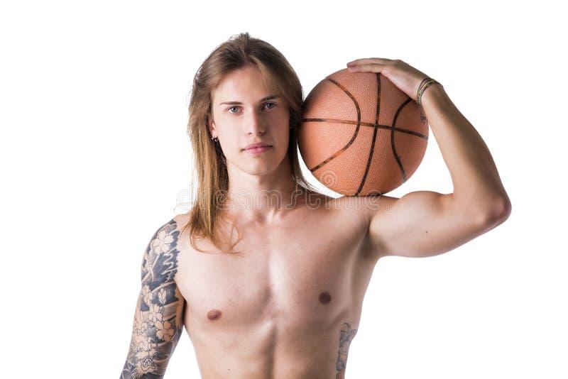 Длинный с волосами без рубашки человек с шариком баскетбола стоковые фото