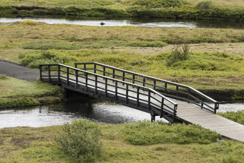 Длинный узкий идя мост в Исландии стоковые фотографии rf