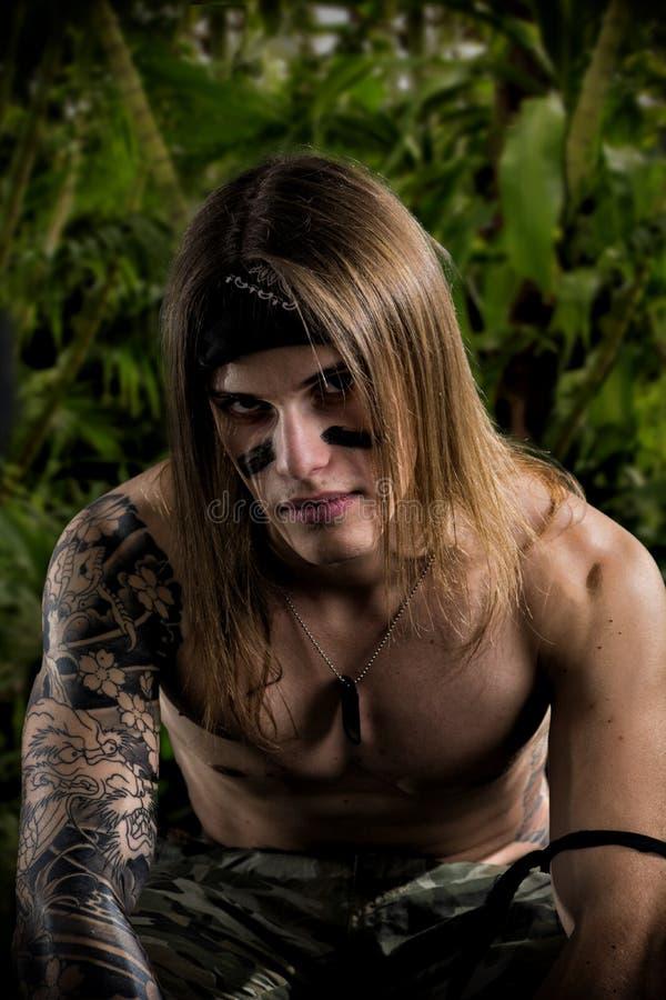 Длинный человек Rambo волос с татуировкой стоковые фотографии rf