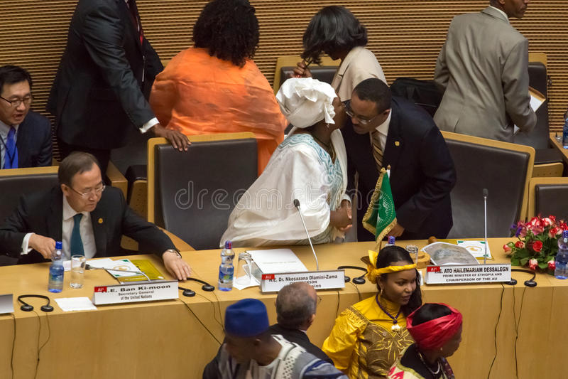 Д-р Nkosazana Dlamini-Zuma приветствует премьер-министра Ethopia стоковые фото