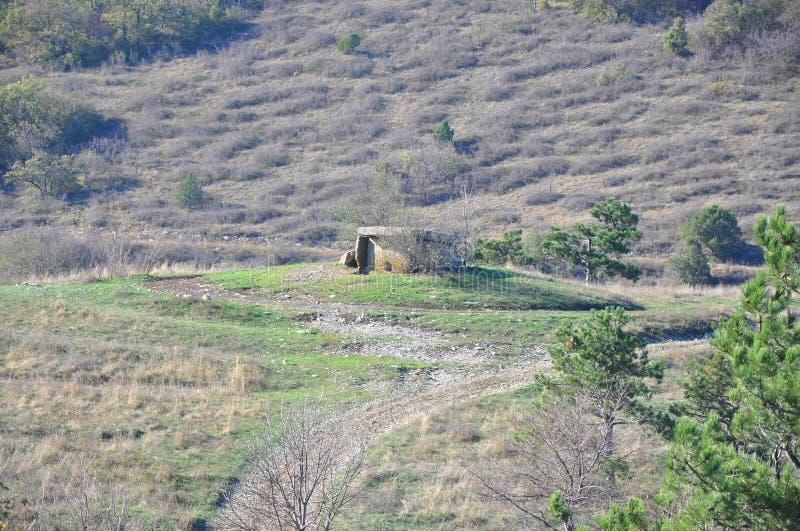 ?Dolmen no Nexis Ridge Arredores de Gelendzhik, Rússia foto de stock royalty free