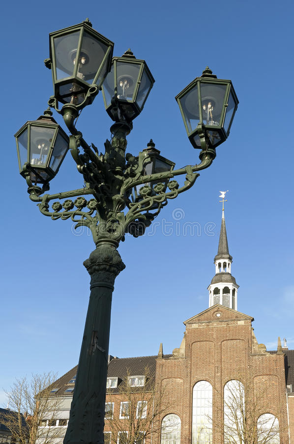 Евангелическая церковь и фонарный столб, город Goch стоковые фото