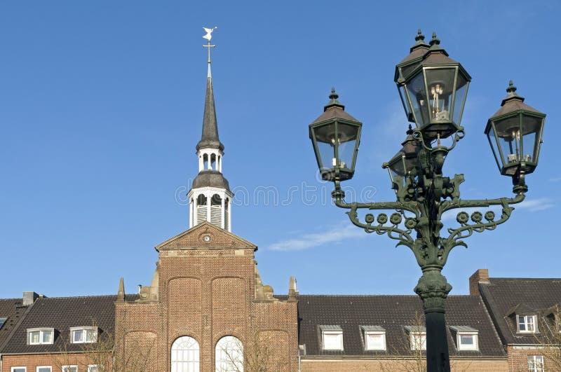 Евангелическая церковь и фонарный столб, город Goch стоковые изображения