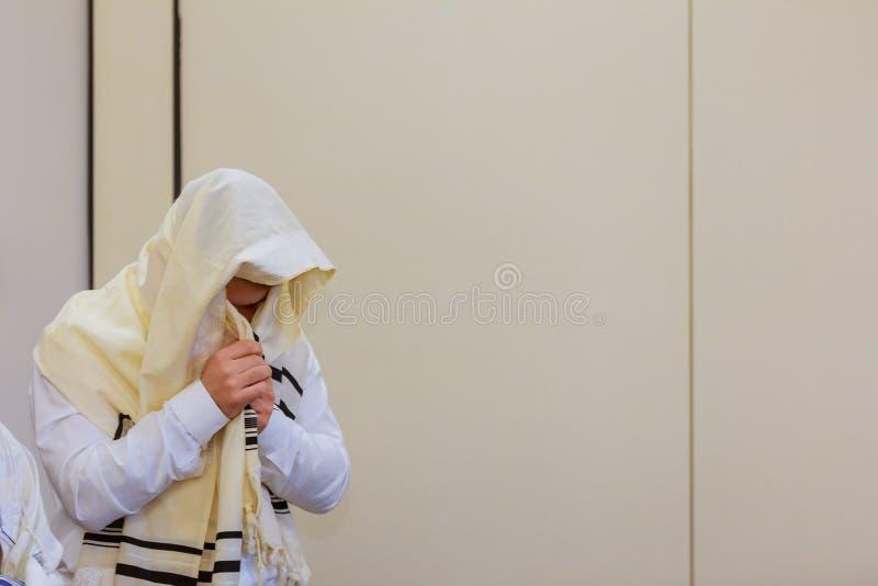 Евреи в молитве на еврейском празднике hassidic Sukkot правоверное стоковая фотография rf