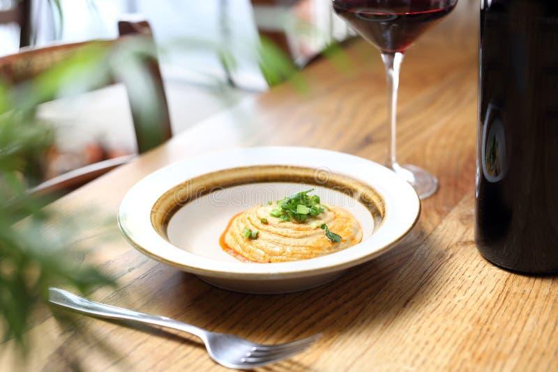 Еврейская кухня - затир нута и зажаренный в духовке лук стоковое фото rf