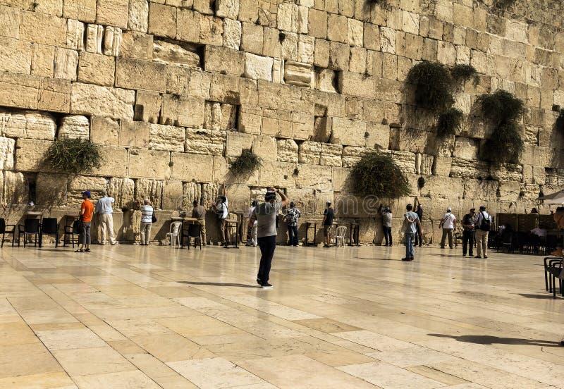 Еврейские верующие молят на голося стене важное еврейское вероисповедное место стоковое фото rf