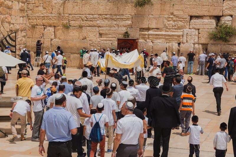 Еврейские верующие собирают для ритуала бар-мицва на западном стоковые изображения