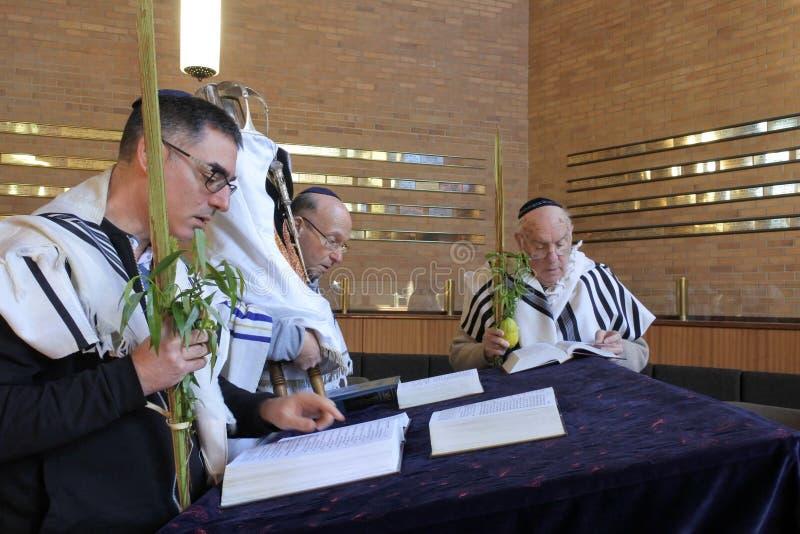 Еврейские люди моля в синагоге на еврейском фестивале o праздника стоковые фотографии rf