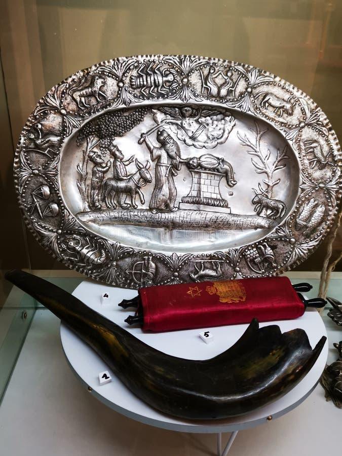 Еврейские объекты поклонения - шофар, декоративная плита от серебряного и небольшого переченя Torah стоковое фото