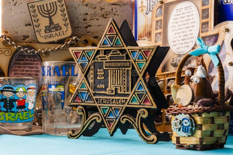 Еврейские традиционные талисманы сувениров атрибутов установили на таблицу стоковое изображение rf