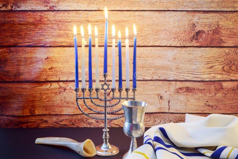 Еврейские украшения HanukkahBeautiful Chanukah праздника в сини и серебре с подарками
