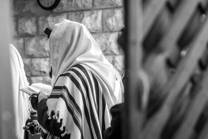 Еврейские люди моля в синагоге с Tallit стоковые изображения