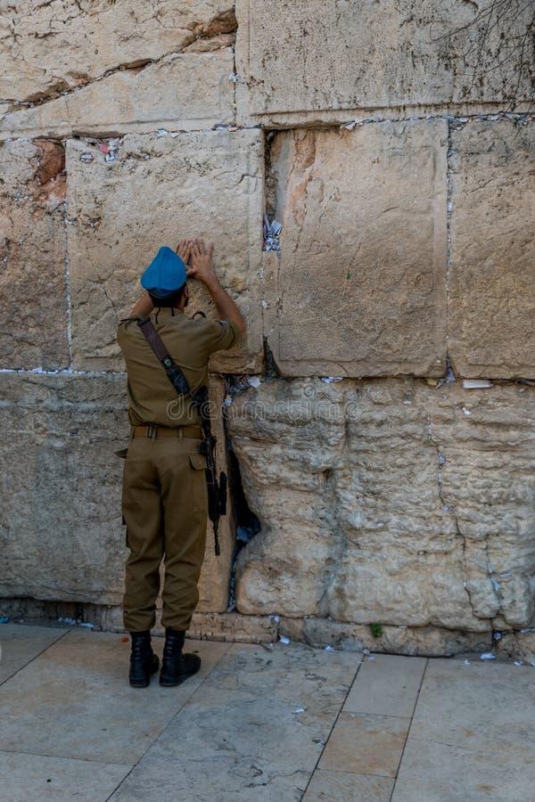 Еврейский помолите на стене в Иерусалиме стоковая фотография rf