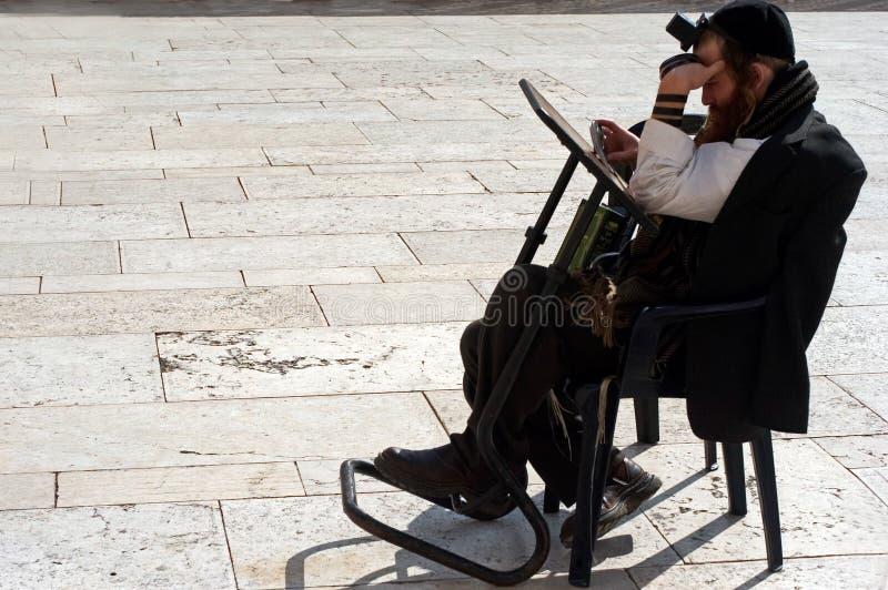 Еврейский помолите на западной стене в Иерусалиме Израиле стоковые изображения