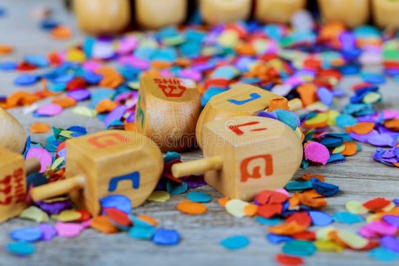 еврейский праздник Ханука с деревянным dreidel предпосылка яркого блеска