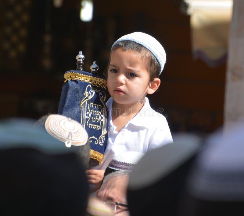 Еврейский ребенок празднует Simchat Torah стоковая фотография rf