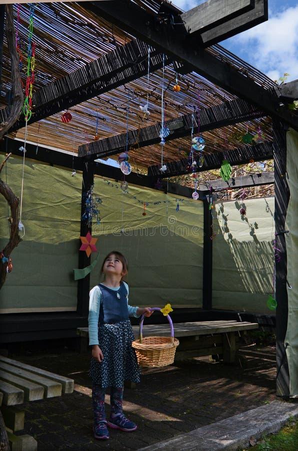 Еврейский ребенок украшая семью Sukkah стоковая фотография rf