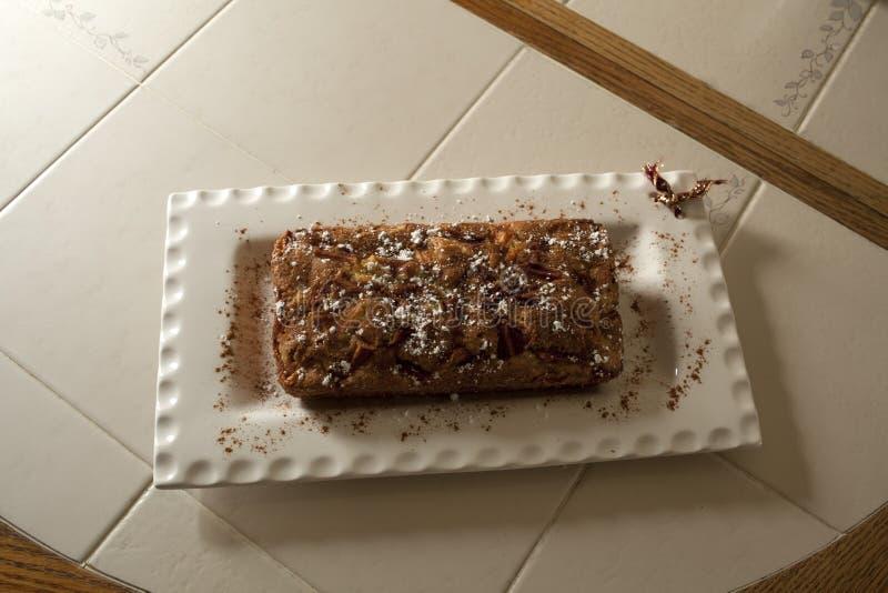 Еврейский торт яблока в белой плите стоковые фото