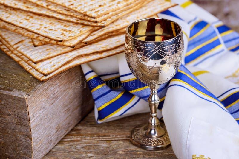 Еврейский хлеб Matzah с вином Концепция праздника еврейской пасхи стоковые изображения
