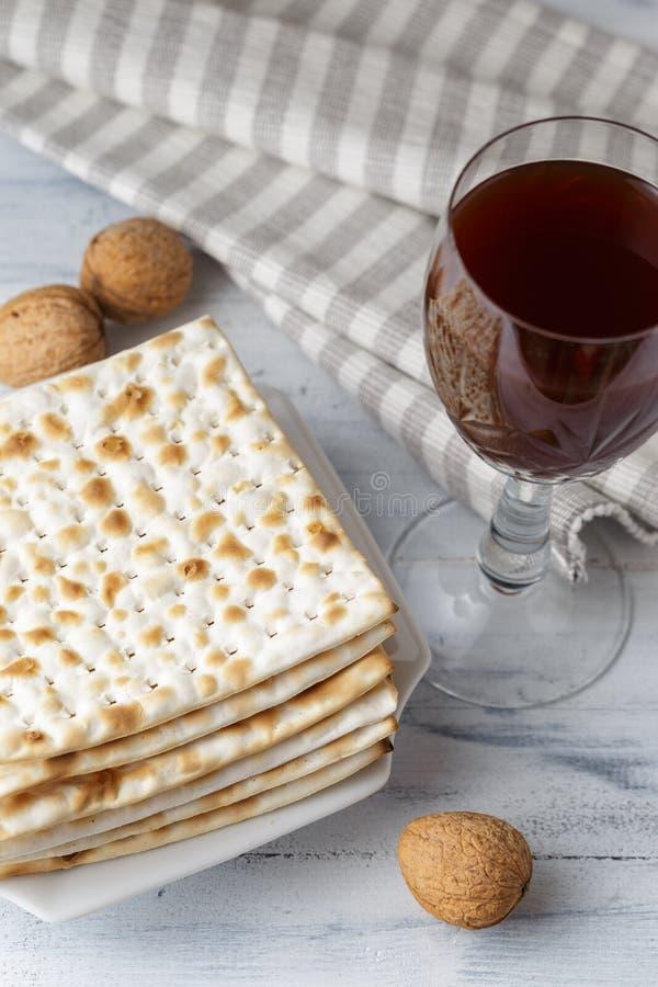 Еврейский хлеб Matzah с вином на праздник еврейской пасхи стоковое изображение