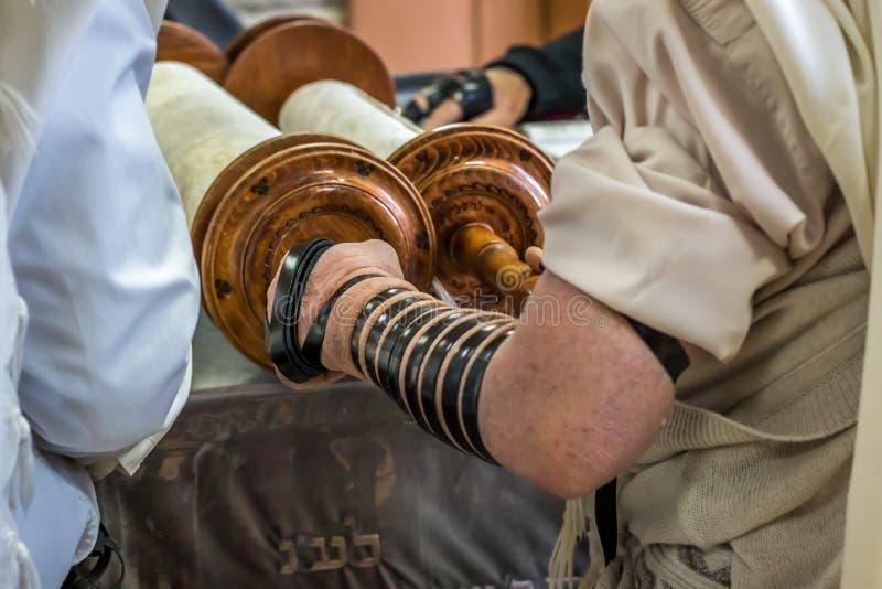 Еврейский человек моля в синагоге стоковое фото
