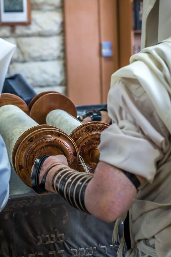 Еврейский человек моля в синагоге стоковая фотография rf