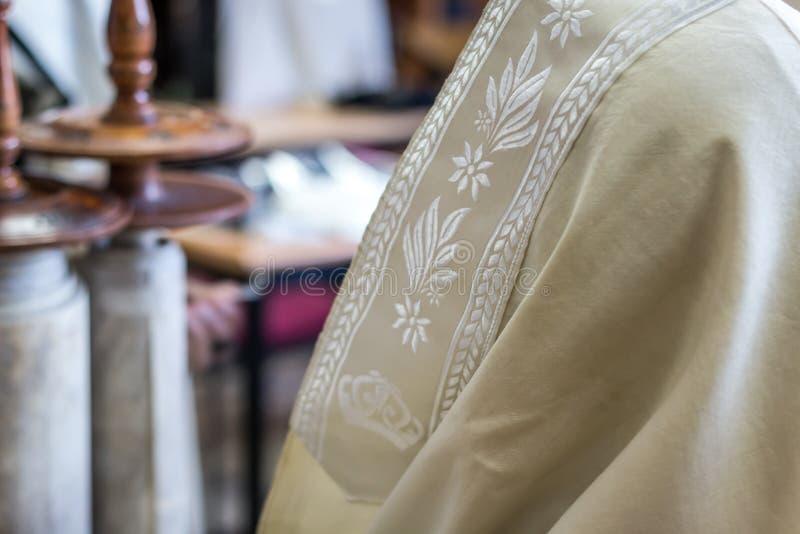 Еврейский человек моля в синагоге стоковые фотографии rf