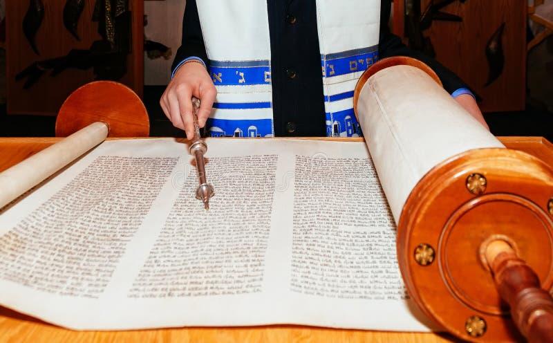 Еврейский человек одел в ритуальной одежде Torah на бар-мицва 5-ое сентября 2015 США стоковое изображение