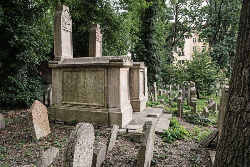 Еврейское кладбище в городе Праги стоковое фото