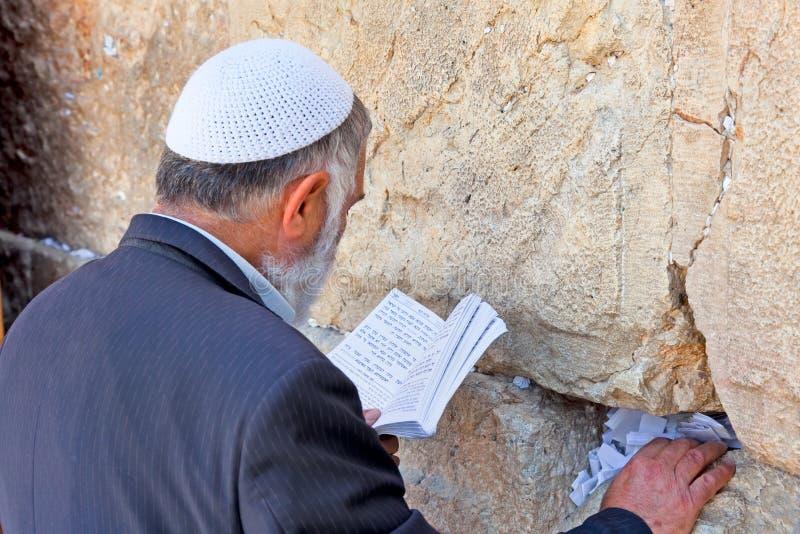 Еврейское чтение и молить на западной стене стоковое фото