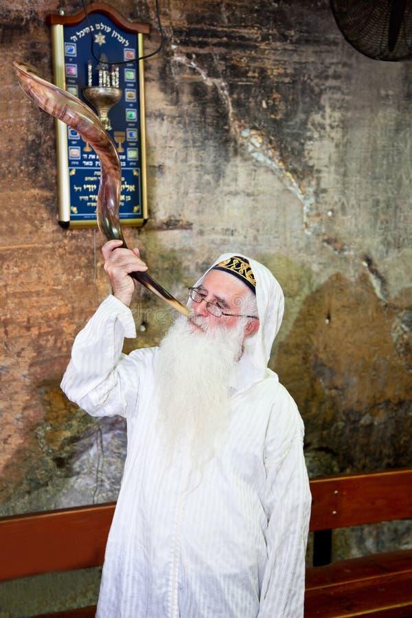 Еврейское Pesach дуя внутри стоковые изображения