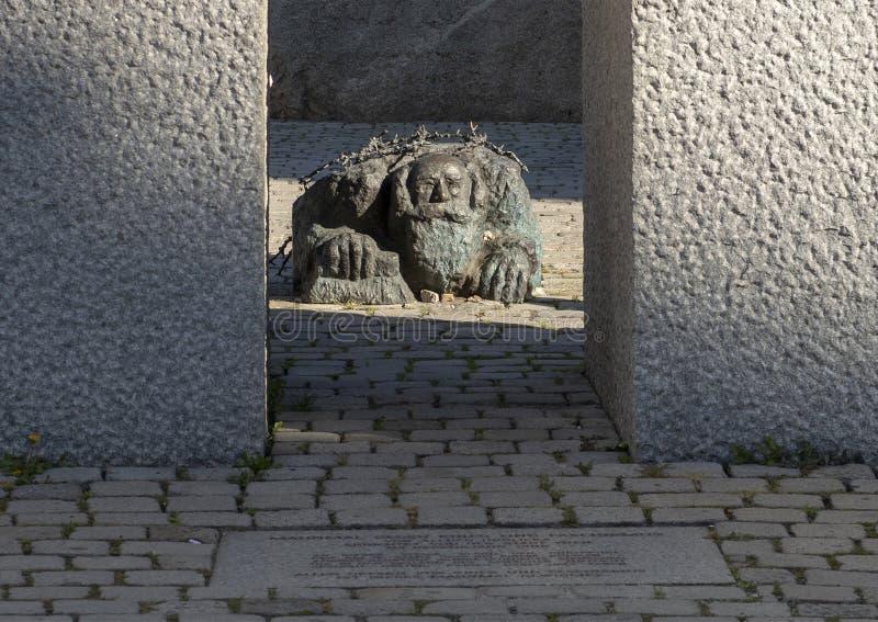Еврей вставать на колени, часть памятника Vienna's против войны и фашизм стоковая фотография rf