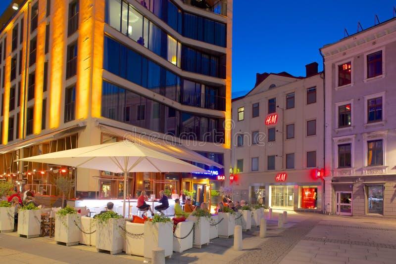 Европа, Скандинавия, Швеция, Гётеборг, ресторан на Vallgatan на сумраке стоковые изображения