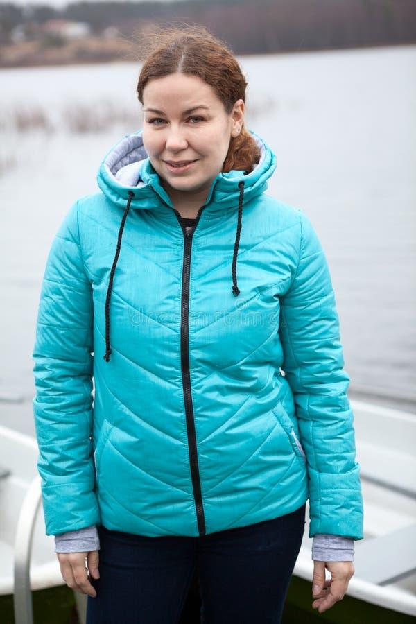 Европейская женщина в голубой вниз куртке, портрете стоковое фото rf