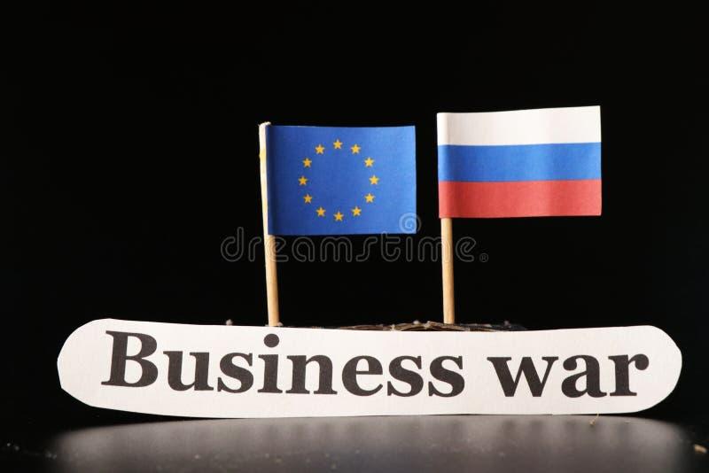 Европейские флаг и русский сигнализируют на черной предпосылке с войной дела сочинительства стоковые фото