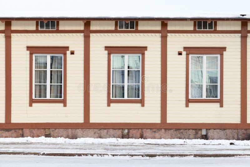 Европейский деревянный фасад дома, наружная стена стоковая фотография