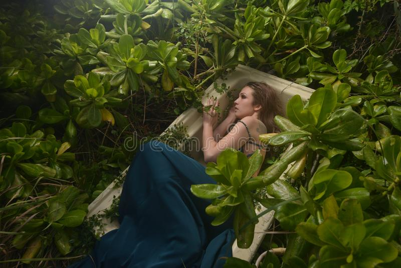 Европейское платье зеленого цвета фотомодели стоковое фото rf