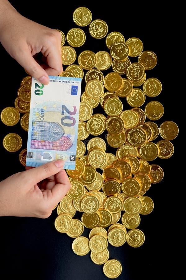Евро 20 в наличии и золотые монетки стоковая фотография rf