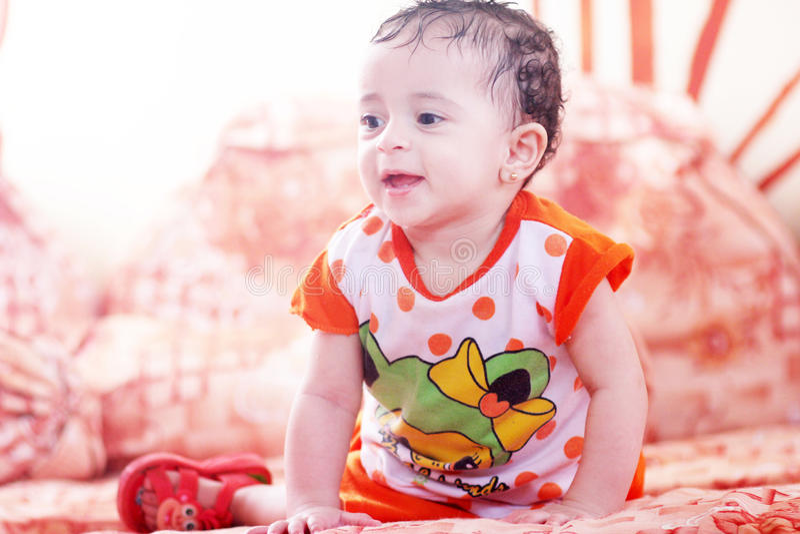 девушка бутылки младенца стоковое фото
