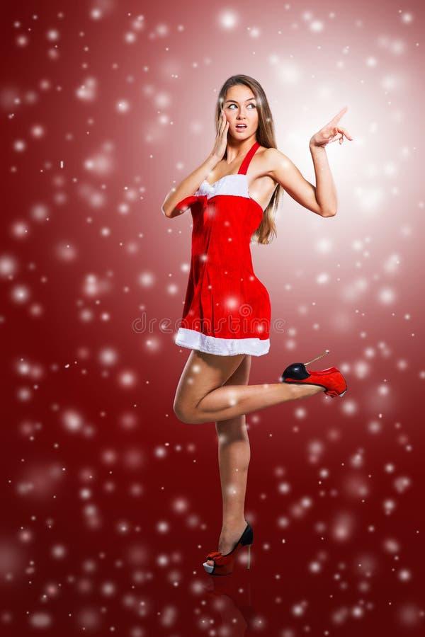девушка в костюме Санта Клауса с сотовым телефоном стоковые фото