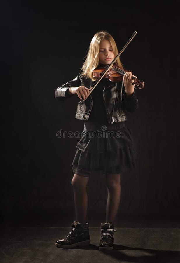 девушка играя скрипку стоковые фото