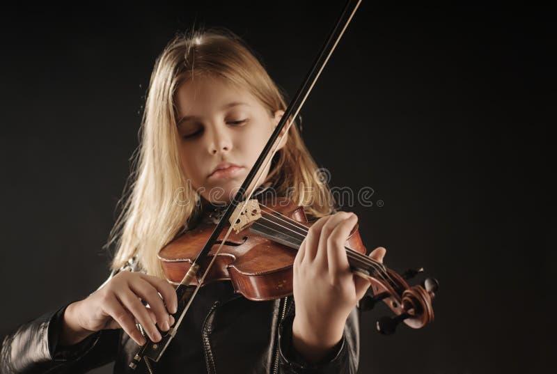 девушка играя скрипку стоковое изображение