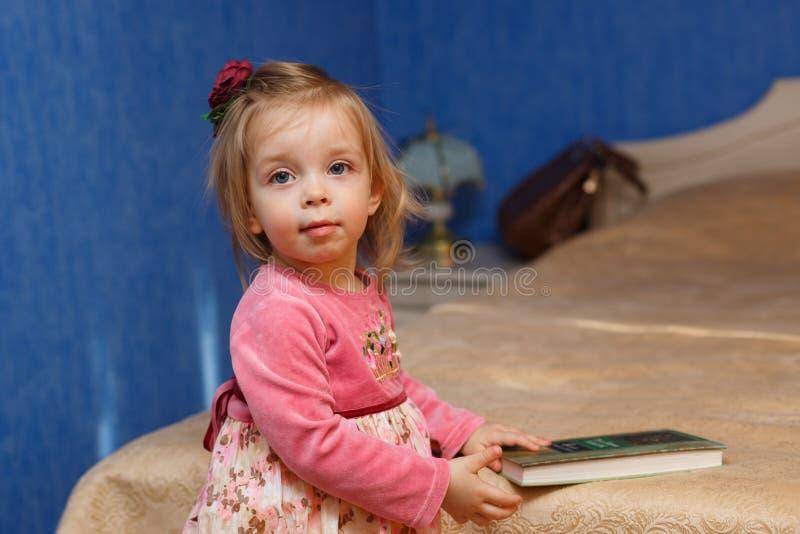 девушка книги меньшее чтение стоковые изображения