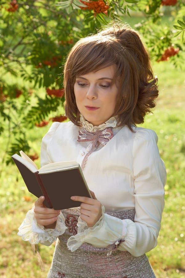 девушка книги читает стоковое изображение