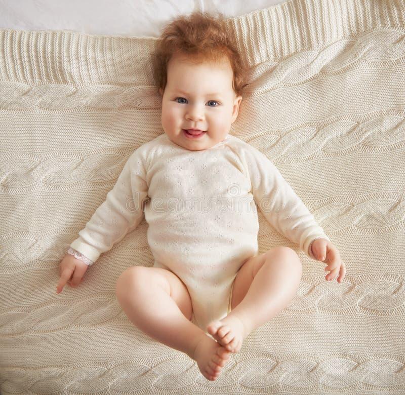 девушка кровати младенца стоковые фото