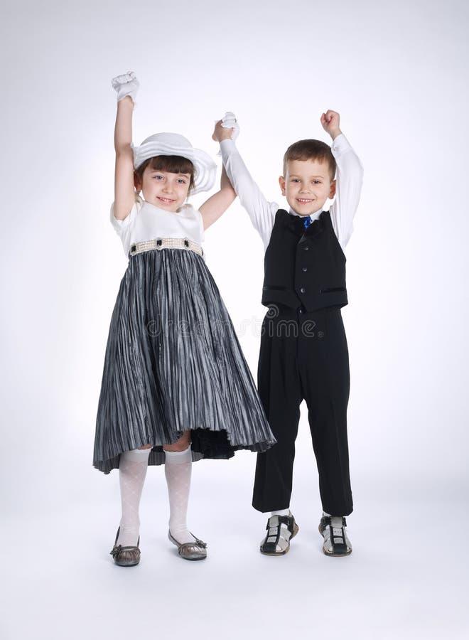 девушка мальчика вручает удерживание стоковое фото