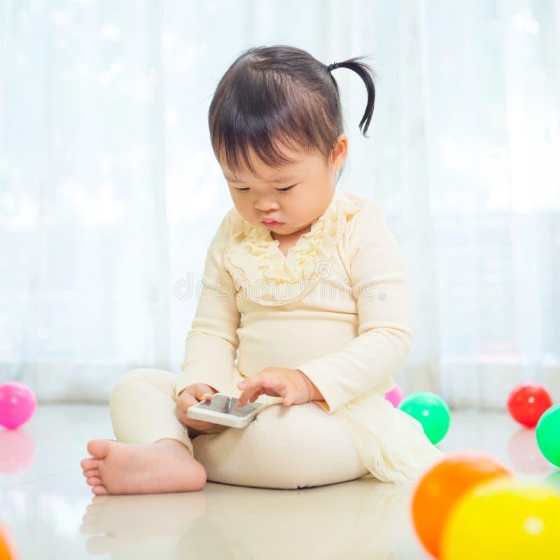 Download девушка меньший мобильный телефон используя Стоковое Изображение - изображение насчитывающей усаживание, женщина: 40582559