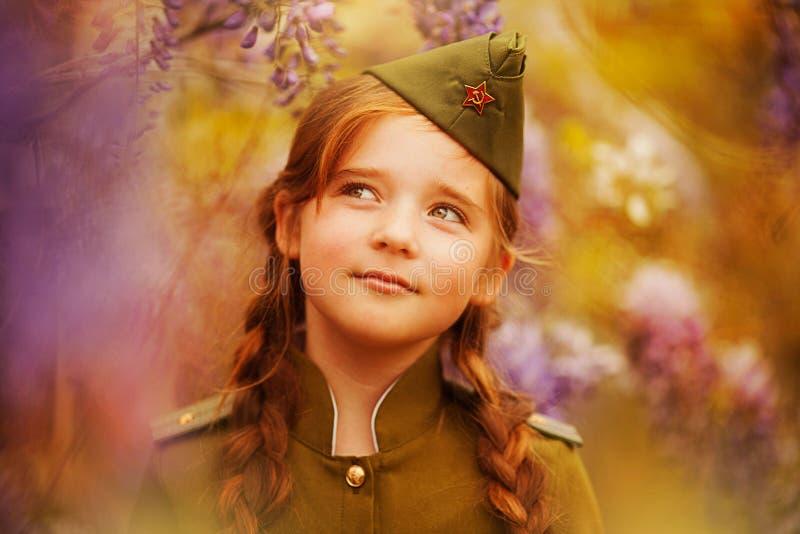 девушка меньшяя военная форма стоковые изображения rf