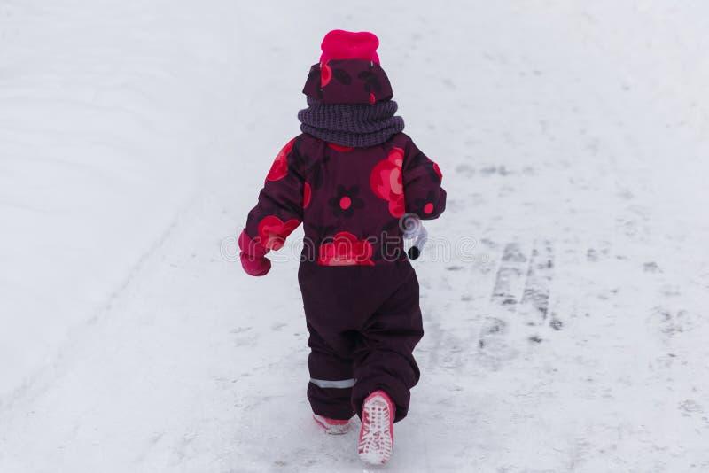 девушка меньшяя зима парка стоковые фото